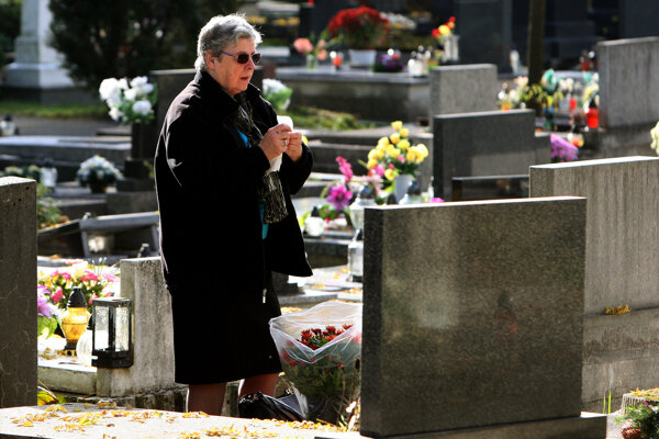Cintoríny budú počas dušičkových sviatkov v Prievidzi a Handlovej otvorené dlhšie.