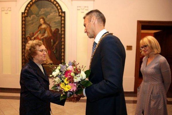 Mária Spoločníková. Kjubileu jej zagratuloval aj primátor.