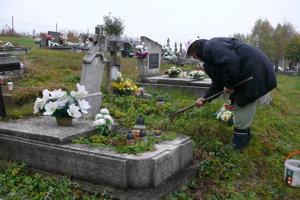 Na cintoríne v osade Mláky.