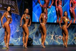 Druhá zľava stojí Nitrianka Libuša Korímová, víťazka kategórie fitness bikini U23 nad 164 cm.
