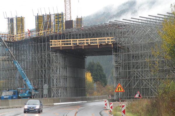 Výstavba viaduktu pred Hubovou, kde bude končiť diaľnica.