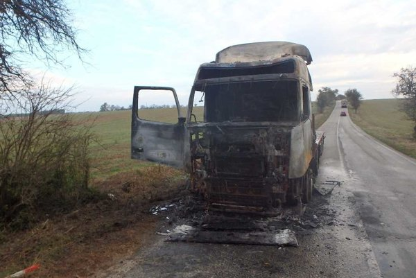Kabína  kamióna zhorela do tla.