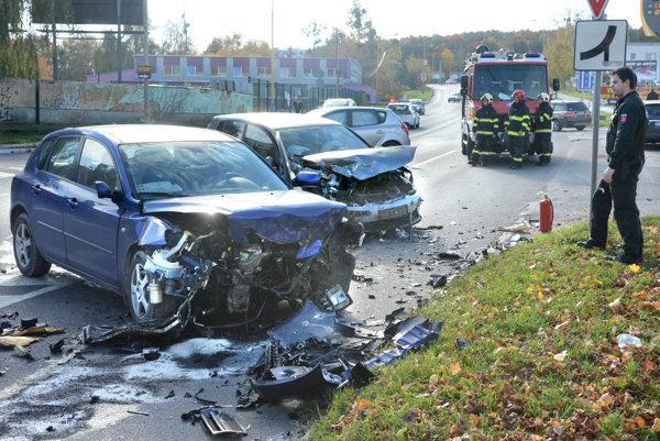 Po zrážke. Rozbité autá blokovali časť Popradskej, polícia regulovala dopravu.