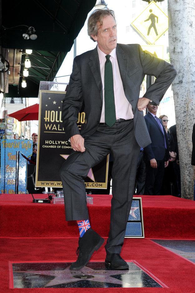 Hugh Laurie. Je pyšný na hviezdu aj svoju národnosť.