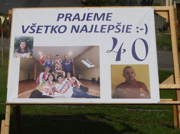 Oslávenca čakal ráno pred domom takýto transparent.