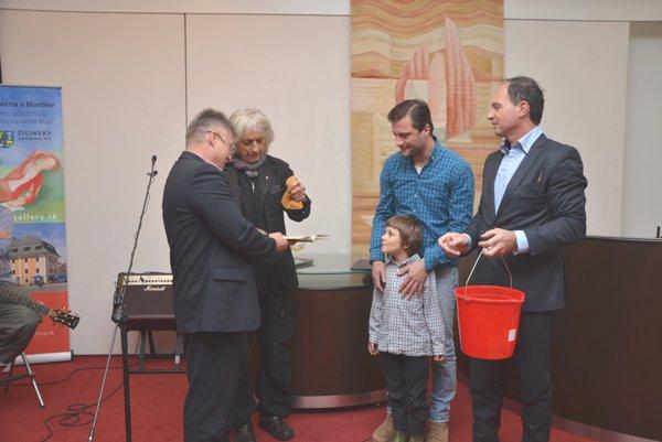 J.Ondrej, J. Ciller, Geišbergovci a B. Horecký. Knihu Škola prehrou pokrstili vodou zo špongie.