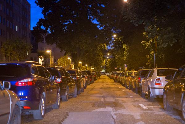 Rezidentské parkoviská. Od 7.30 do 16.00 hod. tam zaparkujú aj nerezidenti.