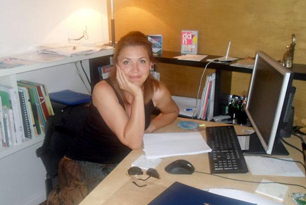 Mladá dizajnérka v práci