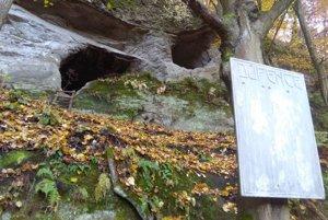 Do každej tabule vyhĺbil výtvarník toľko dierok, koľko má príslušná jaskyňa.
