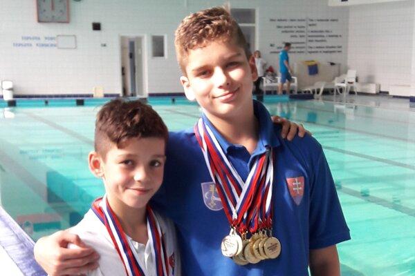 Bratia Verbovci. Vľavo Oliver, vpravo Viktor splejádou medailí.