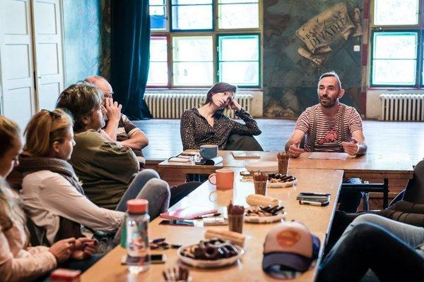 Záber z čítačky hry s tvorcami a hercami.