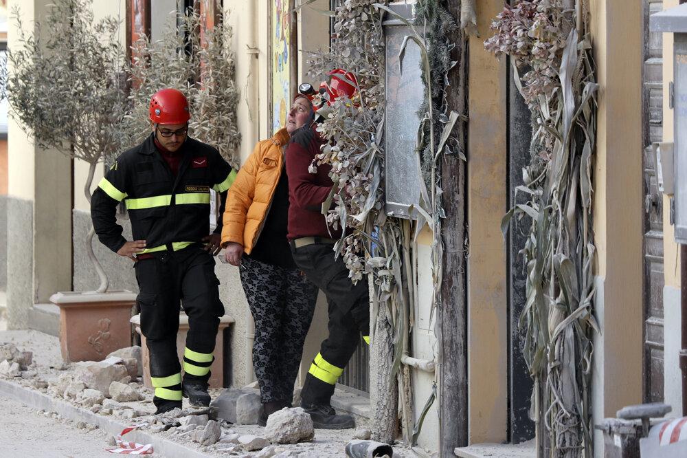 Obyvatelia mesta Norcia spolu s hasičmi prehľadávajú zničené domy.