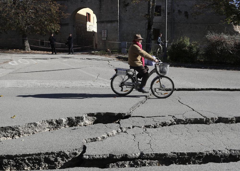 Obyvateľ mesta Norcia opatrne prechádza po zničenej ceste.