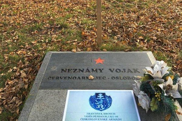 Na hrob pripevnili nápis, ktorý navrhli vojenskí historici.