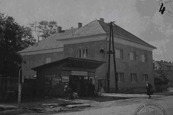 Kúria Majtbéniyovcov okolo roku 1959. V minulosti v nej sídlila škola, jednotné roľnícke družstvo aj mestský národný výbor.