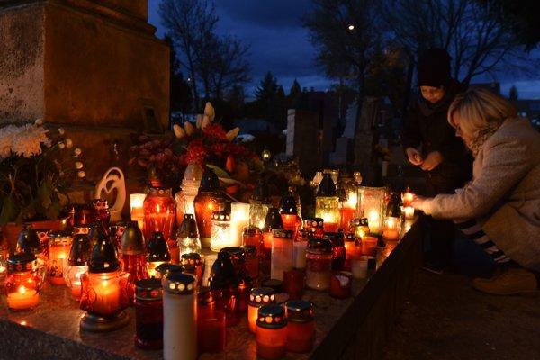 Katolícka cirkev si 1. novembra tradične pripomína prikázaný Sviatok všetkých svätých a 2. novembra Spomienku na všetkých verných zosnulých, ľudovo nazývanú Dušičky.