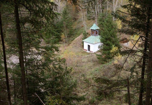 Pohľad na kaplnku Panny Márie, jednu z dvoch zachovaných stavieb na Pieskoch smerom od cintorína.