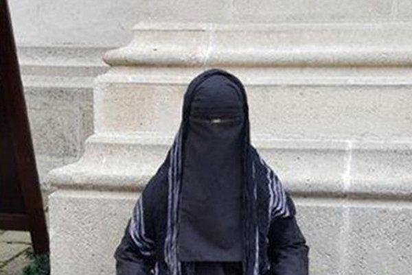 Pred hlavným vchodom Dómu sv. Martina v Bratislave umiestnil niekto figurínu v čiernom odeve s maketou zbrane.
