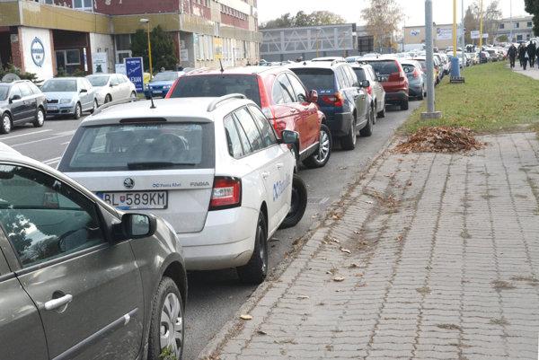 Za rezidentskú parkovaciu kartu pre prvé vozidlo navrhuje mesto sumu v rozmedzí 20 - 100 eur na jeden rok. ILUSTRAČNÉ FOTO