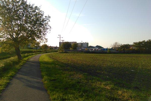 Chodník popri Trnávke, ktorý spája Trnavu s miestnou časťou Modranka.