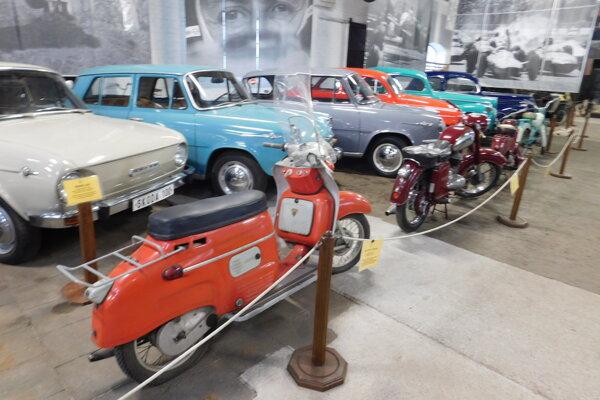 V expozíciách nechýbajú ani populárne škodovky amalé motocykle.