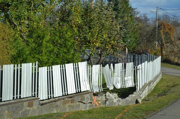 Miesto havárie. Do tohto plotu nabúral autom.