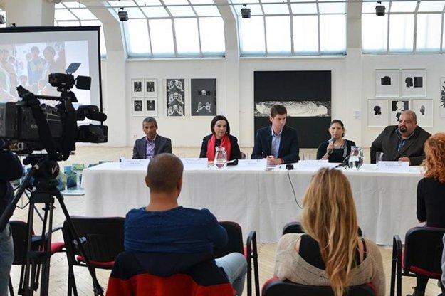 Zľava Jozef Pišta, Ľubomíra Slušná-Franz, Michal Kubo, Lenka Bužová, Richard Koky. Snímka z tlačovej konferencie 3. 11. 2016 v Bratislave.