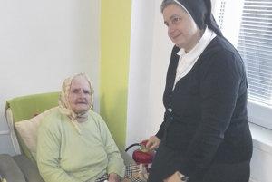 Riaditeľka domova sestra Edita Vozárová s klientkou.