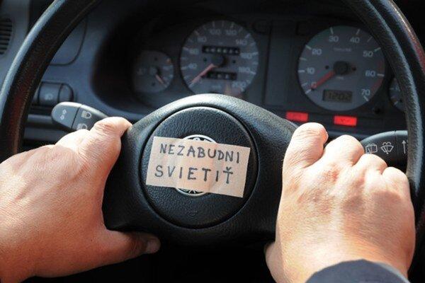 Znalec v odbore cestnej dopravy  Milan Holáci vysvetľuje,  že vodič spozoruje prekážku na vzdialenosť účinného dosvitu svetlometov svojho vozidla.