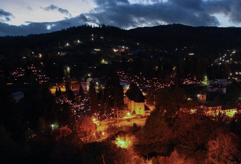 Banská Štiavnica má štrnásť cintorínov, na niektorých sa už nepochováva. Počas dušičkových sviatkov sa však každý rok rozsvietia.