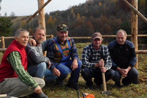 Dobrovoľníci. Jozef Talarovič (zľava), Dušan Antolík, Ladislav Boga, Marek Čuchta aMiroslav Kacarabčin.