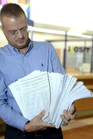 Igor Petrovčík drží petičné hárky.