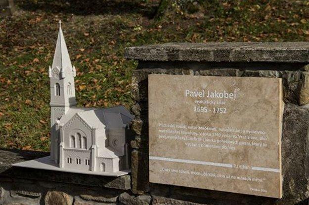 Pamätná tabuľa amodel prietržského kostola, ktorého autorom je Jozef Kijonka spolu sMartinou Valentovou.