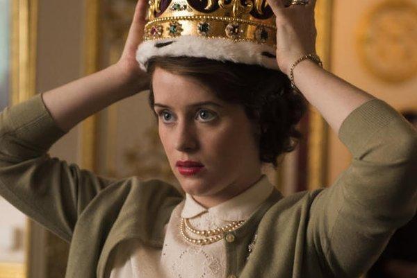 Claire Foy ako kráľovná Alžbeta.