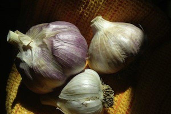 Zdrojom rôznych zdraviu prospešných látok a aj stopového prvku a antioxidantu selénu je napríklad cesnak.