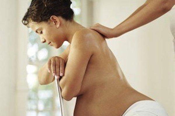 Relaxačné masáže chrbta a šije sú uvoľňujúce, avšak veľmi dôležité je, aby masér vynechal oblasť krížov. Tá je v prípade tehotnej ženy kontraindikovaná.