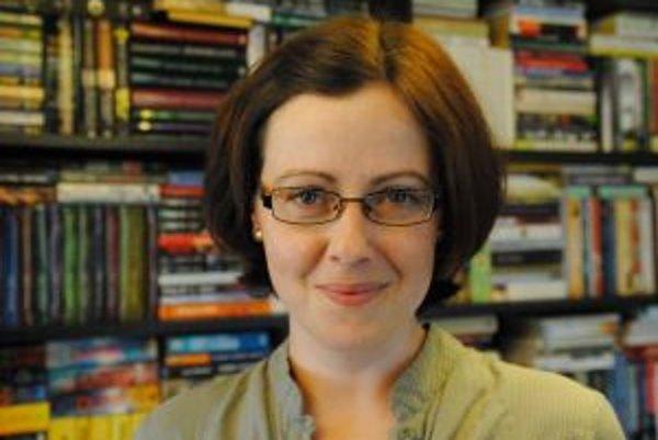 Narodila sa v roku 1981 v Žiline. Vyštudovala prekladateľstvo a tlmočníctvo na Univerzite Mateja Bela v Banskej Bystrici. Živí sa najmä odbornými prekladmi z a do anglického jazyka, je úradnou prekladateľkou zapísanou v Zozname znalcov, tlmočníkov a