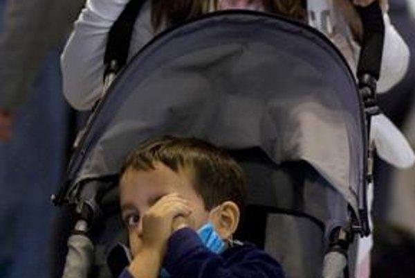 Ľudia na madridskom letisku nosia rúšky.