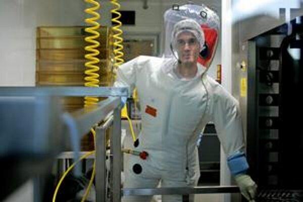 K 31 prípadom treba pripočítať slovenského vojaka z Cypru. Nakazil sa zrejme na vychádzke, veliteľ kontingentu ostatným zakázal, aby počas voľna navštevovali turistické miesta. Na novej vakcíne proti vírusu H1N1 pracujú aj v laboratóriách v Lyone, kde sa
