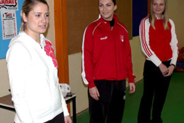 Trénerky športovej školy karate, zľava: Hrdá, Čierna a Greschnerová.