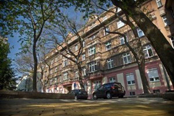 Budova na Medenej ulici v Bratislave, ktorá patrila SDKÚ. Komu patrí teraz, je nejasné.