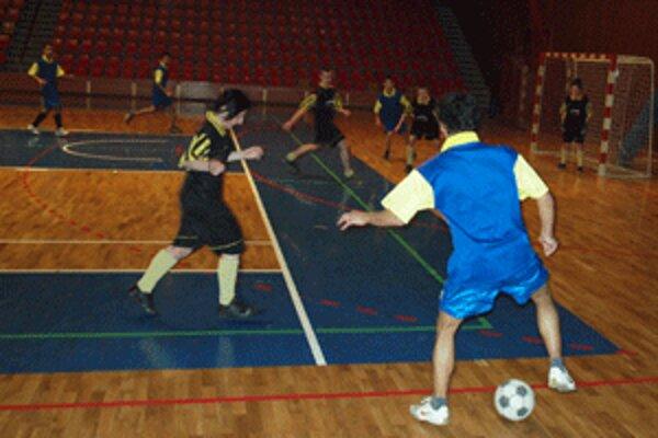 Úsmeváci si zahrali futbal v City arene.
