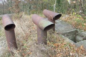 Z podzemných bunkrov vedú von z terénu komíny, ktoré ich prezrádzajú. Vedľa je šachta pre peších.
