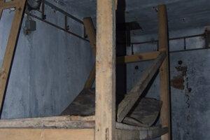 Interiér jedného z troch bunkrov. Miestnosť zrejme slúžila ako komora. Polica na zaváraniny, ktoré vojakom posielali rodičia, nevydržala.