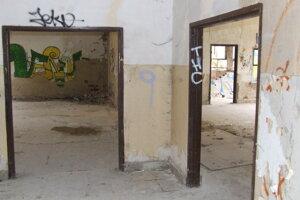 Budova bývalej kasárne zvnútra. Možno ju využiť na schovávačku, alebo paintball. Hrozí však riziko zranenia.