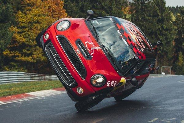 """Mini Cooper na okruhu Nordschleife. Čínsky jazdec Yue Han sa stal prvým vodičom, ktorý prešiel """"zeleným peklom"""" (to je prezývka Nordschleife) na dvoch kolesách (na prednom bola pneumatika zplnej gumy)."""