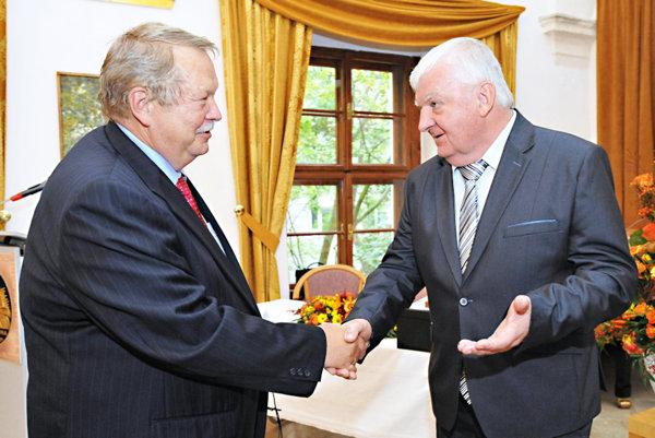 Anton Barcík (vpravo) pri preberaní ocenenia.