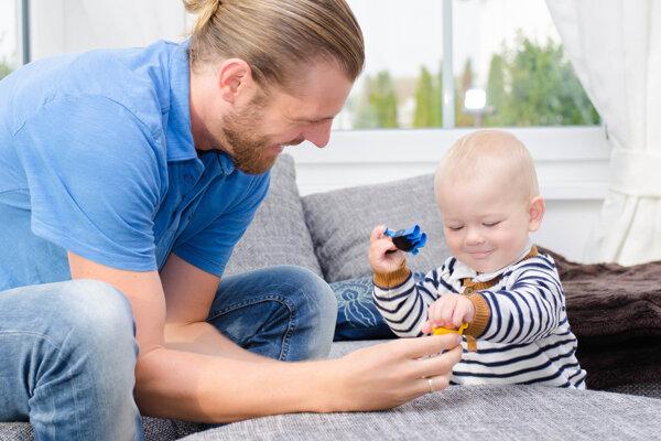 Na materskej. Stále viac oteckov je rozhodnutých ostať doma s dieťatkom. Má to viacero výhod.