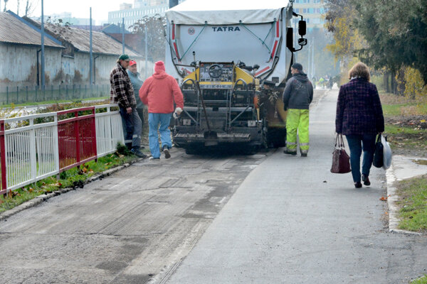 Sfušovaný chodník. Robotníci ho už začali opravovať.