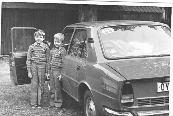 Hirax s bratom Miňom pri otcovom vtedy megamodernom aute značky Škoda 105L.